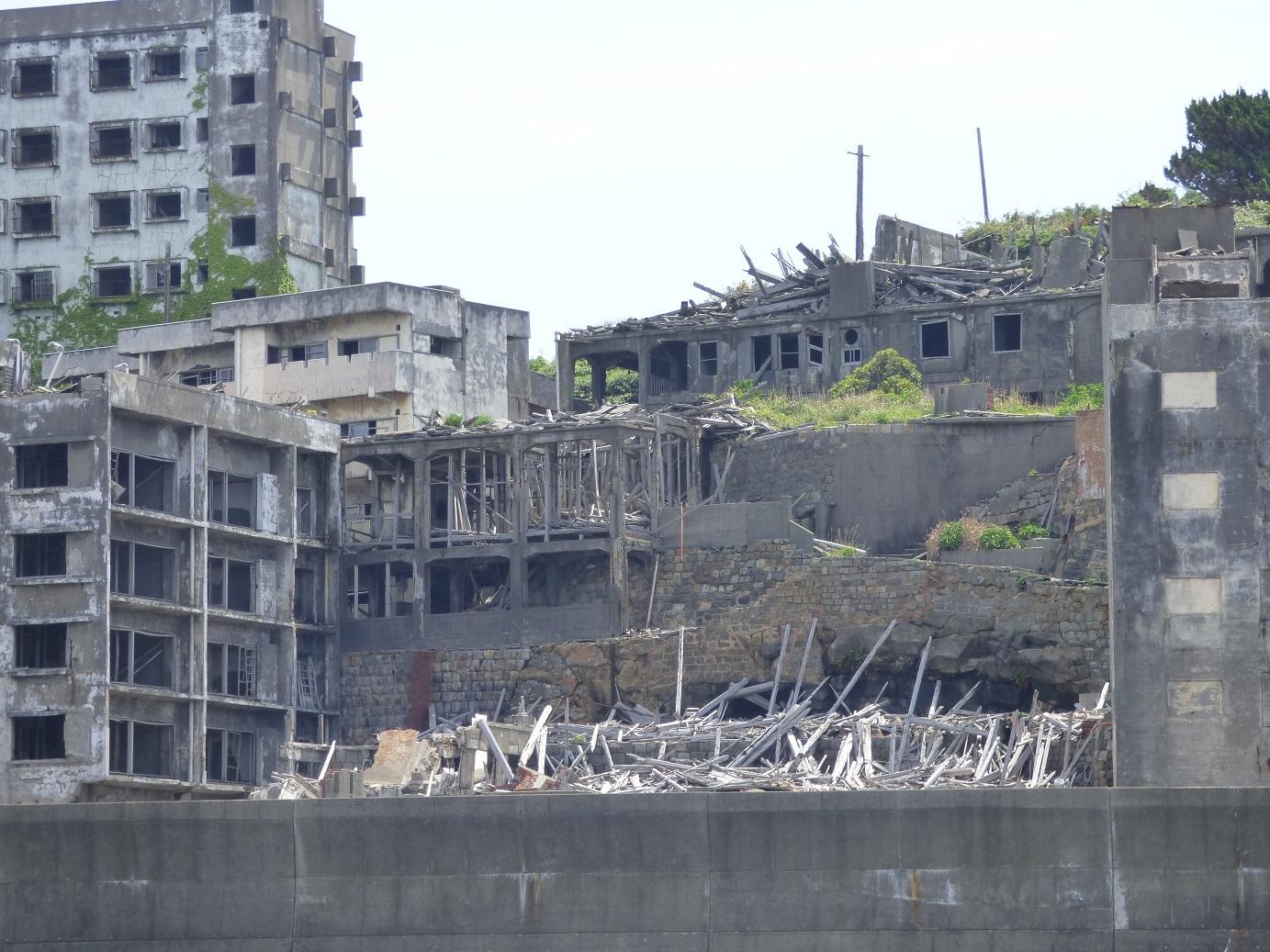 これは鉄骨造2階建てだった50号棟(映画館)や木造2階建ての23号棟(寺院など)があった付近の様子です。 右端に少しだけ写っているのが鉄筋コンクリート造6階建ての31
